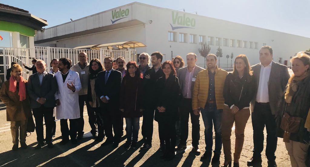 La consejera con representantes de la subcomisión de Educación del Congreso de los Diputados en la empresa Valeo Iluminación de Martos (Jaén)