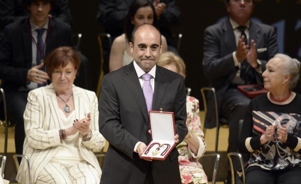 Foto medalla director 1 (foto_director_medalla.jpg)