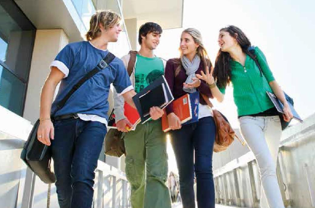 Estudiantes camino de clase