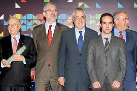 El Presidente de la Junta y el consejero de Economía con los premiados