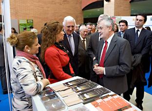 El Presidente de la Junta visitó el encuentro de emprendedores en Sevilla.