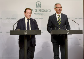 El consejero, junto al portavoz del Gobierno andaluz