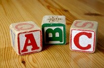 Juego de cubos infantiles apilables, con las letras A, B y C