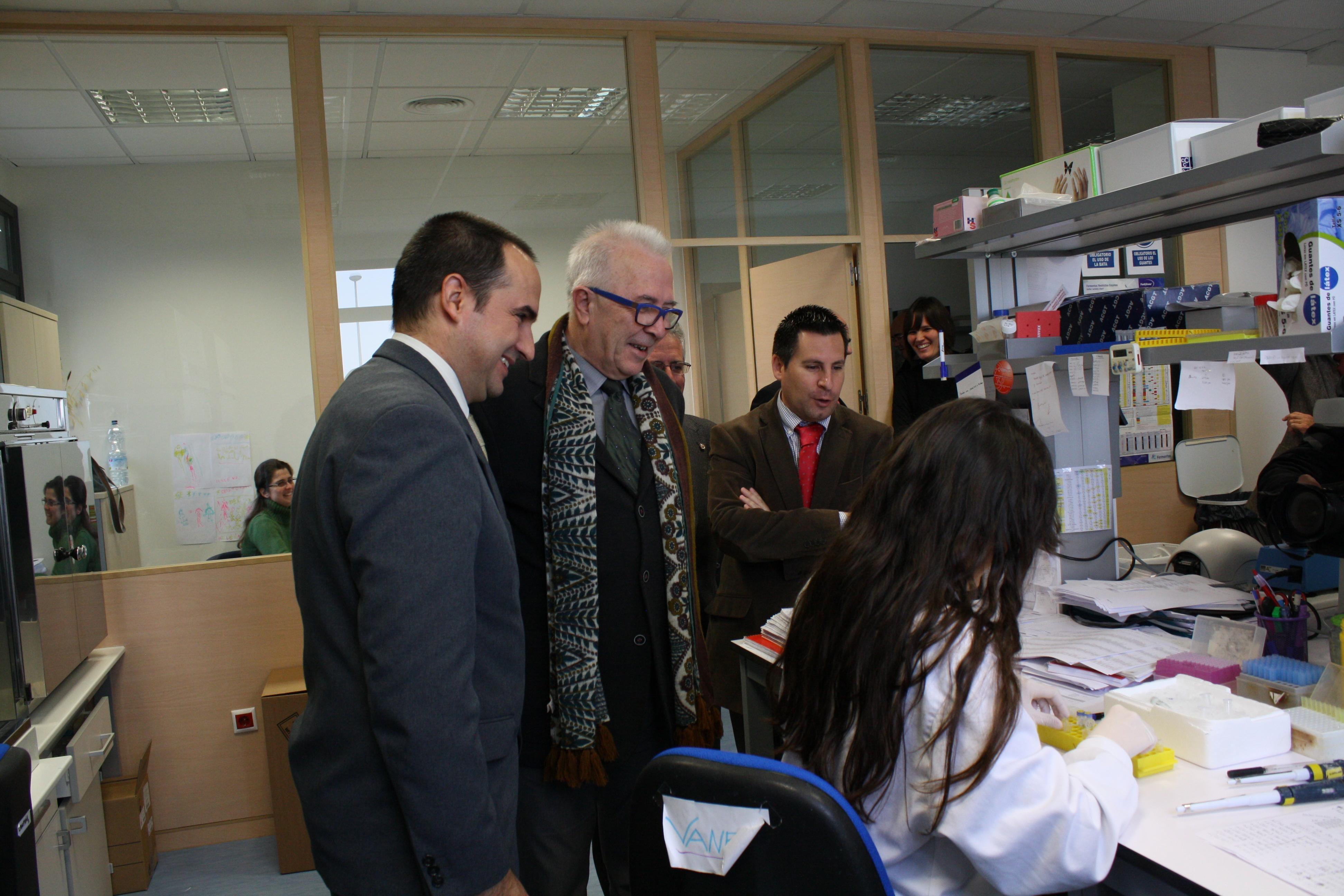 Un momento de la visita del consejero a Canvax Biotech