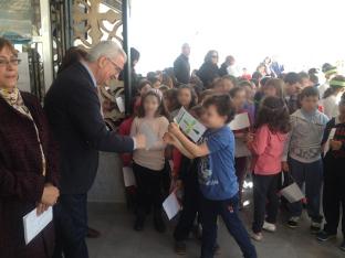 El vicepresidente con los escolares del centro de Chiclana.