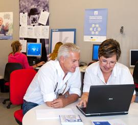Usuarios de Guadalinfo formándose a través de TIC en uno de los centros.