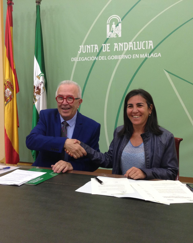 El consejero firma el acuerdo con la directora de Telefónica Sur