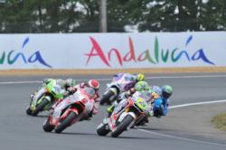 Motoristas durante una carrera en un circuito