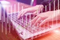 Imagen de manos sobre un teclado de ordenador