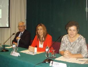 La consejera con el alcalde de Baeza y la directora del IAM.