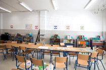 Sillas en un aula escolar