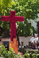Cruz hecha con flores para la Fiesta de las Cruces de Mayo