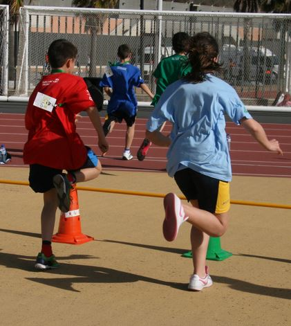Niño y niña jugando al fútbol