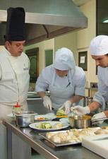 Alumnos de la formación en el restaurante del Hotel Escuela Convento de Santo Domingo