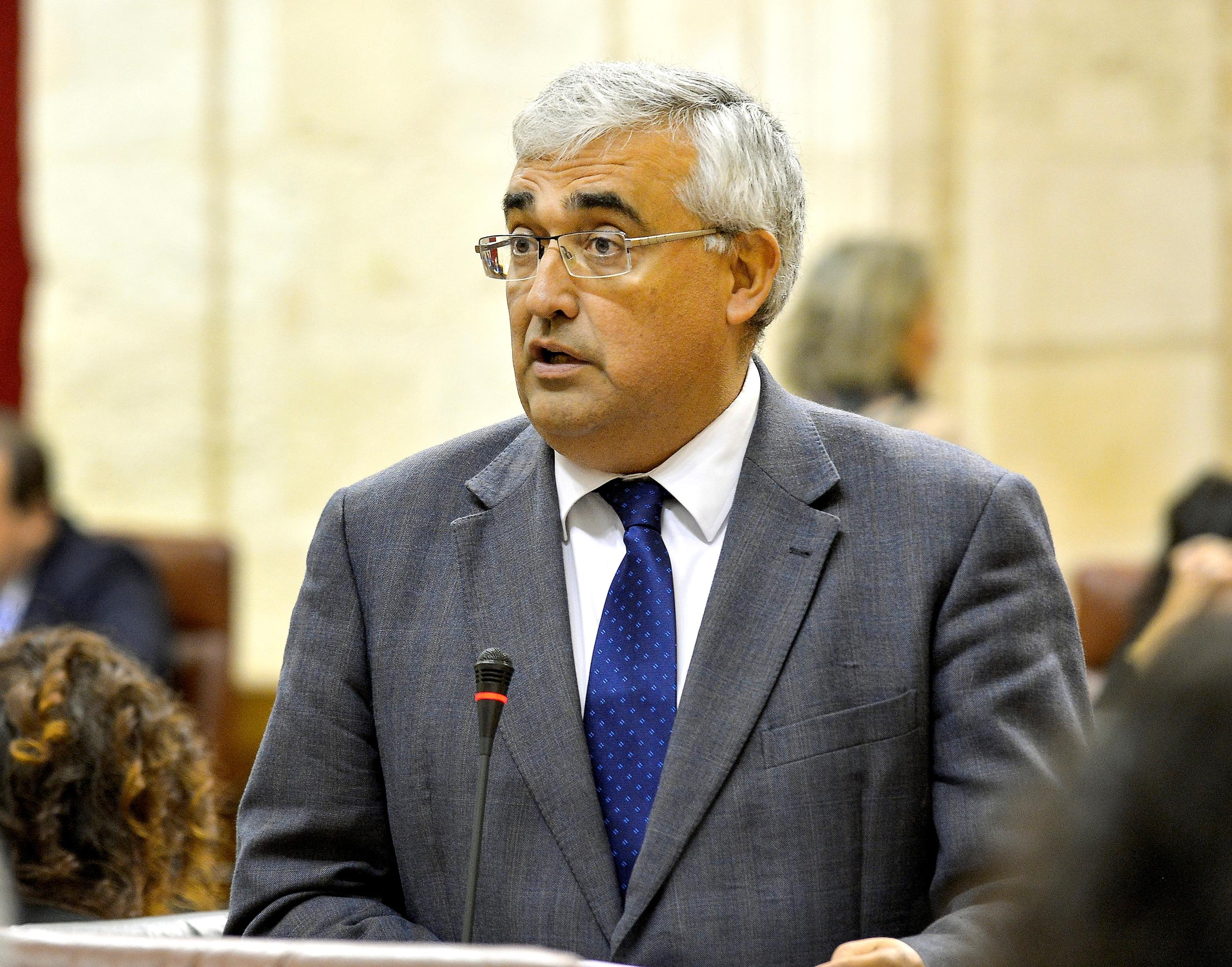 El consejero de Economía, en el Pleno del Parlamento.