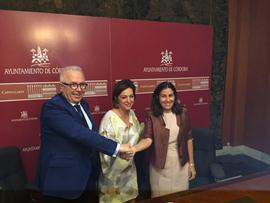 Sanchez Maldonado, Isabel Ambrosio y María Jesús Almanzor tras la firma