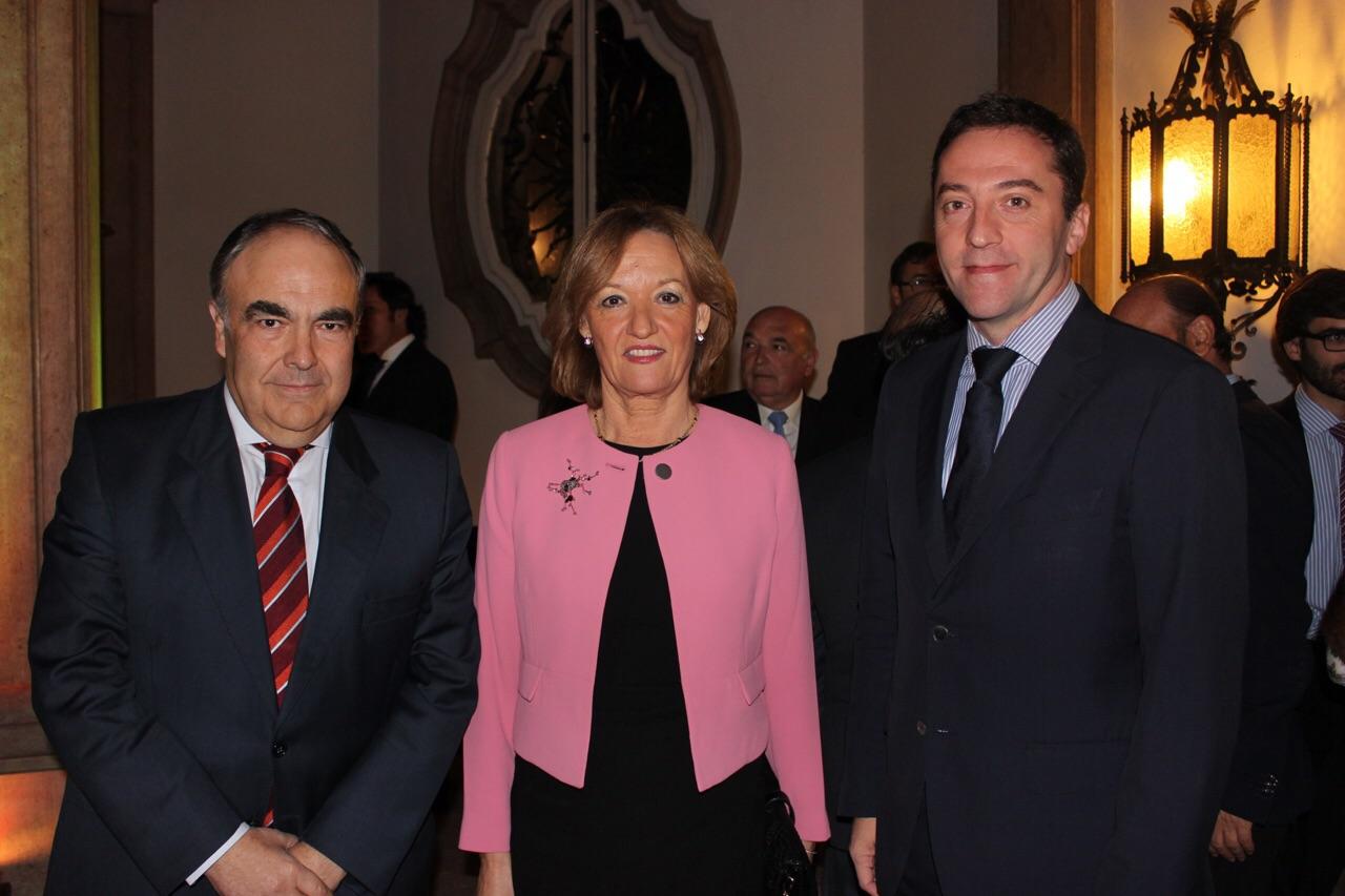 Carmen Ortiz y Ricardo Domínguez junto a Antonio Luque en la entrega del premio