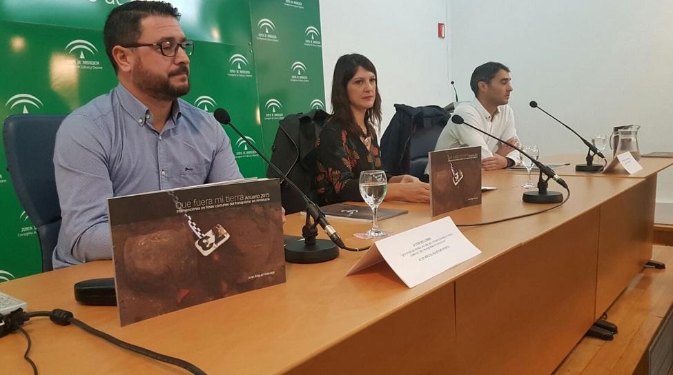 El periodista Juanmi Baquero, la viceconsejera de Cultura, Marta Alonso y Javier Giraldez, director general de Memoria Democrática.