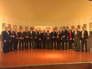 El vicepresidente con los premiados.