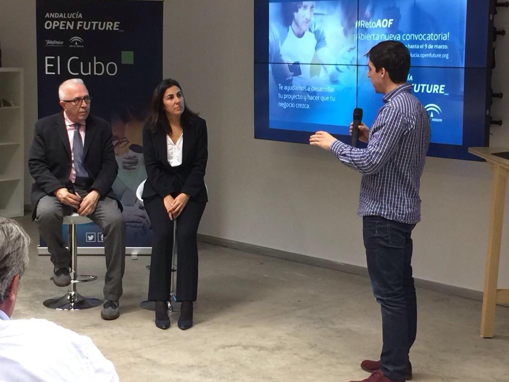 El consejero de Empleo y la directora de Telefónica escuchan el proyecto de un emprendedor