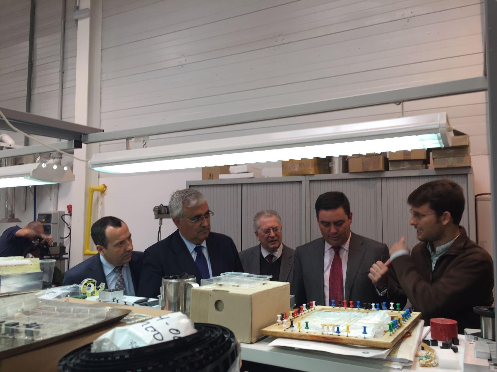 Imagen de archivo del consejero visitando una empresa.