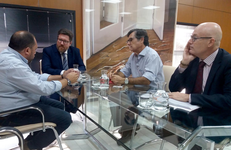 El consejero reunido con representantes del Colegio Oficial de Ingenieros Agrónomos de Andalucía