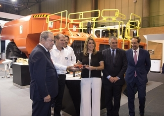 La presidenta de la Junta durante la inauguración del Salón de la Minería