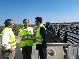 Felipe López durante la visita a los trabajos en la A-477