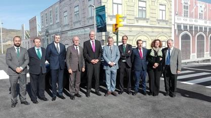 Foto de familia de las autoridades que asistieron a la inauguración