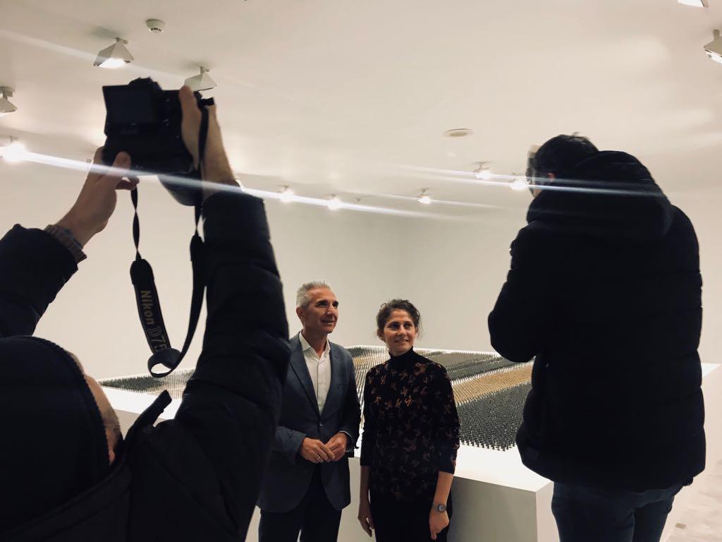 El consejero de Cultura, Miguel Ángel Vázquez, y la artista Ala Younis posan para los medios en la presentación de la muestra del CAAC.
