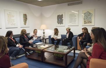La presidenta de la Junta se reunió con representantes de las camareras de piso