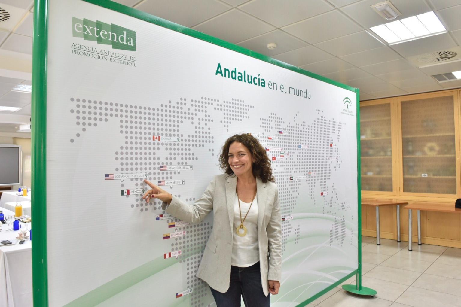 La consejera de Conocimiento, ante el mapa de sedes de Extenda.