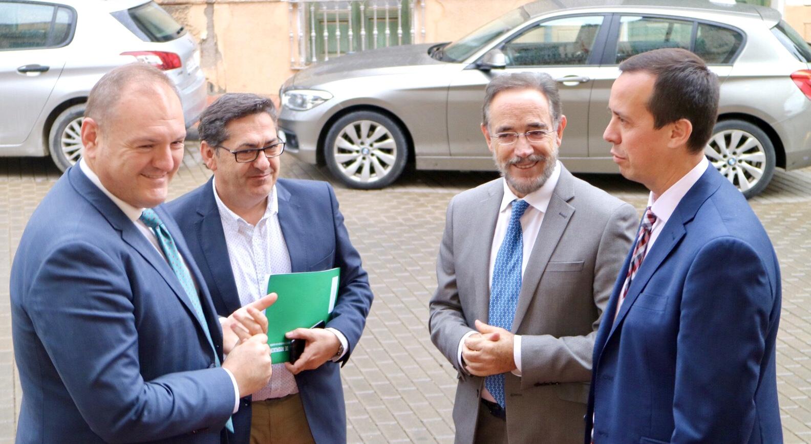 El consejero con el alcalde de Cuevas del Almanzora a su llegada al Ayuntamiento
