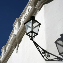 Farola en pared blanca