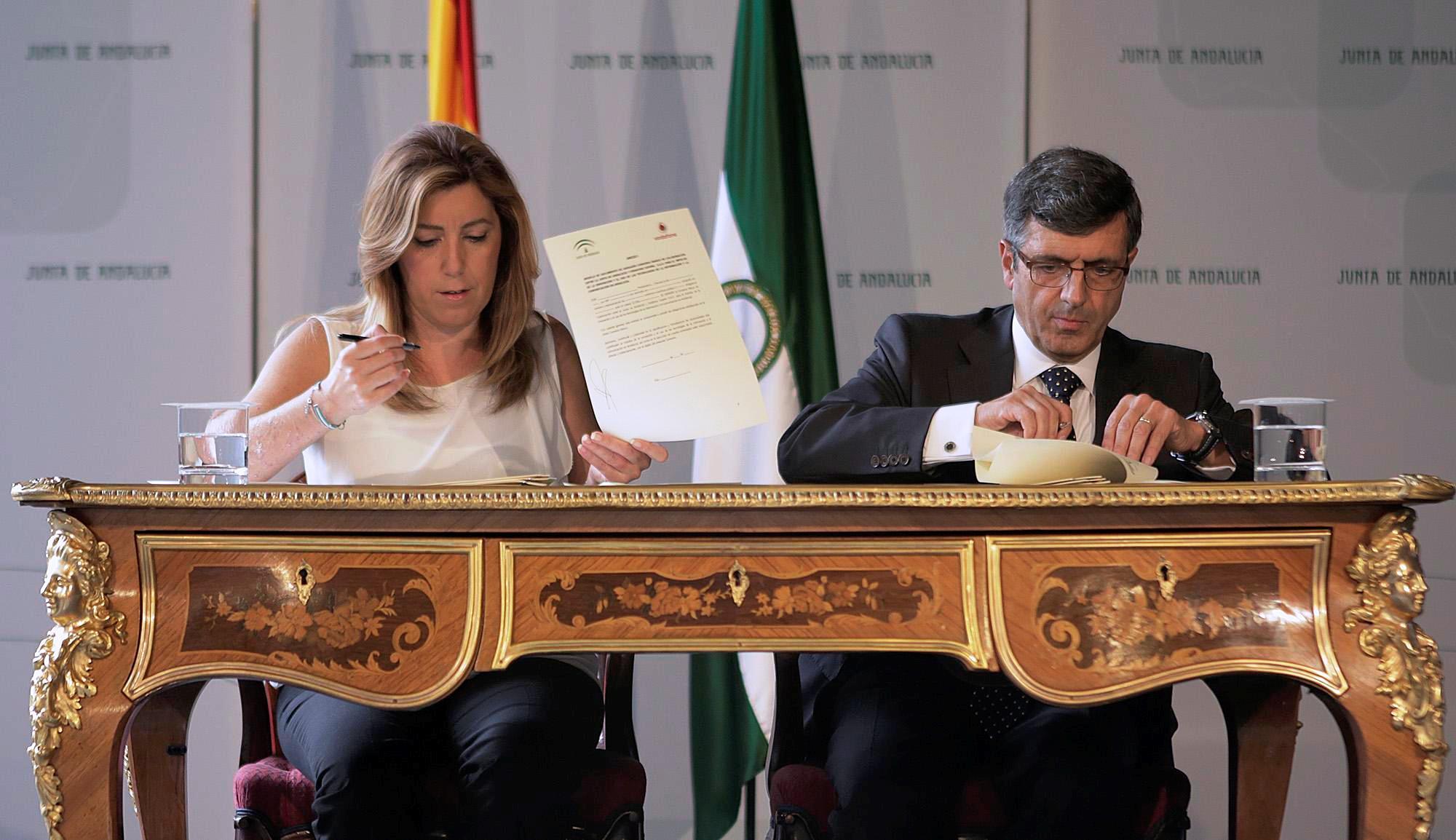 La presidenta de la Junta y el presidente de Vodafone España durante la firma