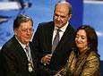 El arquitecto cordobés, Juan Cuenca, es felicitado por Manuel Chaves y María del Mar Moreno, tras recibir la Medalla de Andalucía.