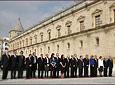 Los integrantes del Gobierno andaluz, junto a los responsables de otras instituciones de la Junta de Andalucía como el Consejo Consultivo, Cámara de Cuentas, Defensor del Pueblo y Consejo Económico y Social, durante el acto de izado de la bandera, en la fachada del Parlamento.