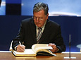 El arquitecto cordobés, Juan Cuenca, durante la firma en el Libro de honor de la Junta en presencia de Manuel Chaves y bajo la mirada de Tico Medina.