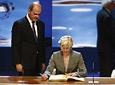 El presidente andaluz, Manuel Chaves, observa como la deportista Carmen Herrera estampa su firma en el Libro de Honor de la Junta.