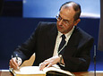 El catedrático Guillermo Jiménez firma en el Libro de Honor de la Junta tras recibir la Medalla de Andalucía.