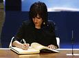 La escritora Elvira Lindo dejó su rúbrica en el Libro de Honor de la Junta de Andalucía.