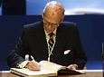 El empresario Jaime Ybarra firma en el Libro de Honor de la Junta. A su lado, Manuel Chaves.