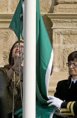 La presidenta del Parlamento de Andalucía, María del Mar Moreno, procede al izado de la bandera, durante la celebración institucional del 28-F en el Parlamento.