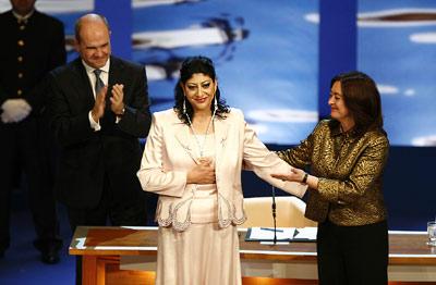 La presidenta del parlamento, María del Mar Moreno, felicita a la bailaora Manuela Carrasco, tras entregarle la Medalla de Andalucía.