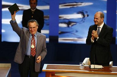 El cantante y actor, Manolo Escobar, saluda al público congregado en el Teatro de la Maestranza de Sevilla, tras recibir la Medalla de Andalucía.