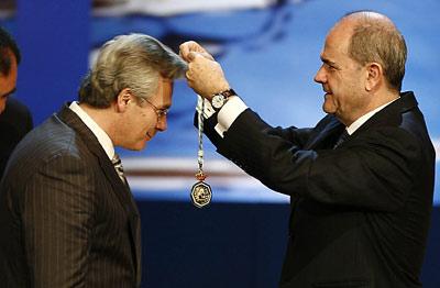El presidente de la Junta, Manuel Chaves, impone la Medalla de Andalucía al juez Baltasar Garzón, durante el acto celebrado en el Teatro de la Maestranza.