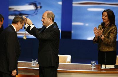 El jurista Guillermo Jiménez Sánchez, en el momento de recibir la Medalla de Andalucía de manos del presidente de la Junta, Manuel Chaves.