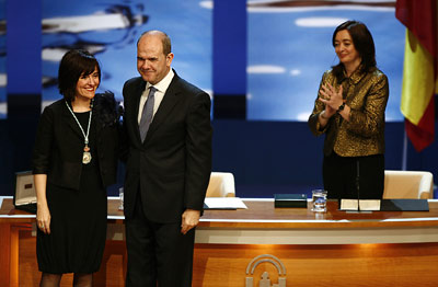 La escritora y periodista Elvira Lindo, tras recibir la Medalla de Andalucía en presencia de Manuel Chaves y María del Mar Moreno.