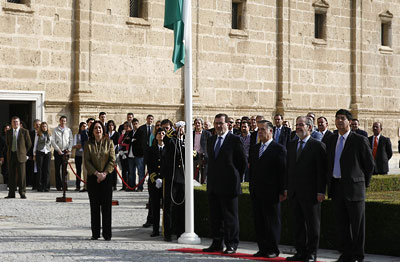 La presidenta del Parlamento, María del Mar Moreno, escucha la interpretación del himno de Andalucía, en presencia de los ex presidentes de la Cámara y del ex presidente de la Junta, José Rodríguez de la Borbolla.