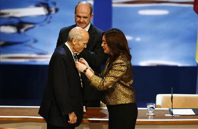 La presidenta del Parlamento, María del Mar Moreno, impone la Medalla de Andalucía al empresario sevillano, Jaime Ybarra Llosent, en presencia de Manuel Chaves.